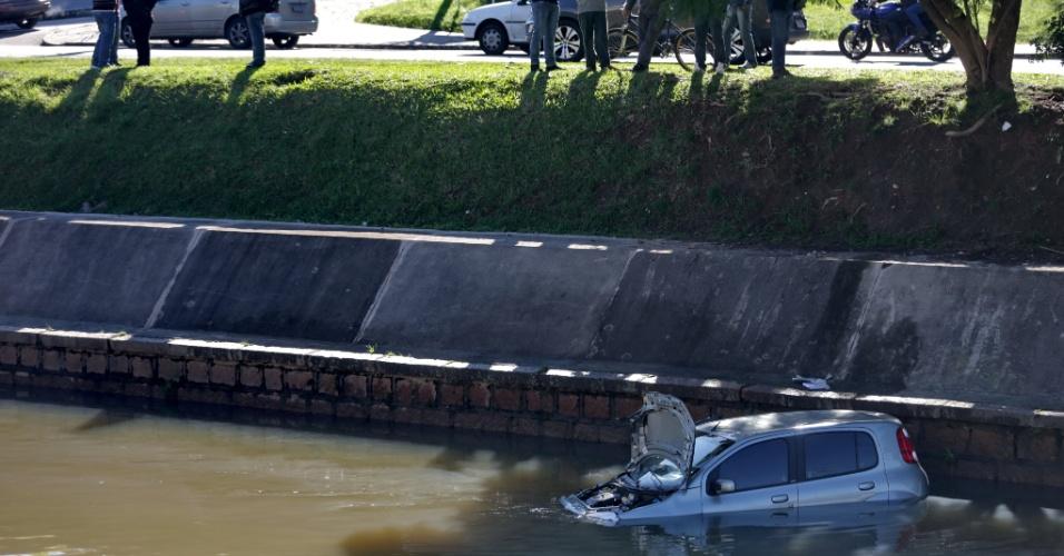 26.jul.2014 - Um carro caiu no canal do arroio Dílúvio, em Porto Alegre, na manhã deste sábado (26). O acidente aconteceu por volta das 10h. Uma mulher, uma criança e um cachorro estavam dentro do veículo. Para sair do automóvel, eles contaram com a ajuda de um morador de rua. Os ocupantes foram levados com ferimentos leves para o hospital