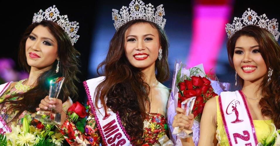 26.jul.2014 -A modelo Sharr Htut Eaindra (centro) foi eleita miss universo Mianmar de 2014 em desfile no Teatro Nacional da cidade de Rangum. As modelos Yoon Mhi Mhi Kyaw (à esq.), e Shwe Sin Ko Ko (à dir.)ficaram na segunda e terceira colocação