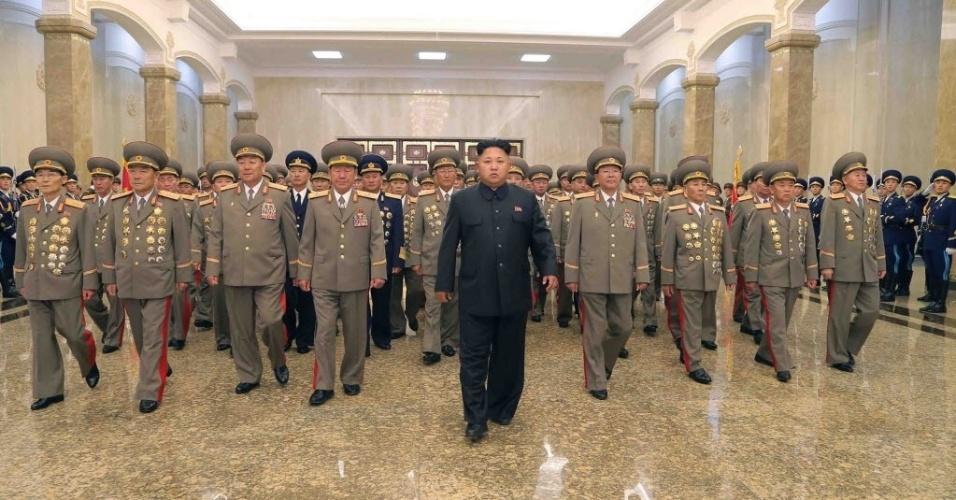 27.jul.2014 - Em imagem divulgada pela agência oficial de notícias da Coreia do Norte, o líder do país, Kim Jong-Un, participa no Palácio Kumsusan do Sol, em Pyongyang, de homenagem aos ex-presidentes Kim Il-Sung e Kim Jong-Il (seu avô e seu pai, respectivamente), no 61º aniversário do fim da guerra da coreia, que ocorreu entre 1950 e 1953