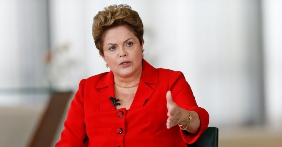 28.jul.2014 - A presidente da República Dilma Rousseff (PT), candidata à reeleição, disse que é 'lamentável' a carta do banco Santander, que afirmou em um texto enviado a clientes ricos que o eventual sucesso eleitoral da presidente iria piorar a economia do Brasil