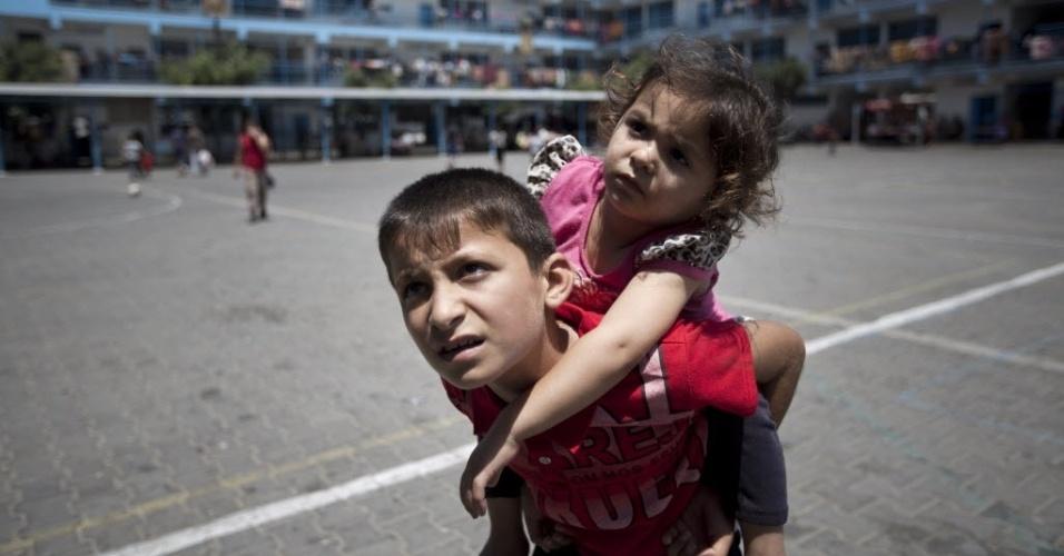 28.jul.2014 - Crianças palestinas brincam no pátio de uma escola das Nações Unidas (ONU) em Jabalia, no norte da faixa de Gaza, onde se refugiaram com sua família após ter a casa bombardeada pelo Exército israelense. Um menino de quatro anos de idade morreu durante um ataque com tanques, no norte da faixa de Gaza, sendo a primeira morte desde que os dois lados começaram a tentar uma trégua não oficial, segundo os médicos palestinos