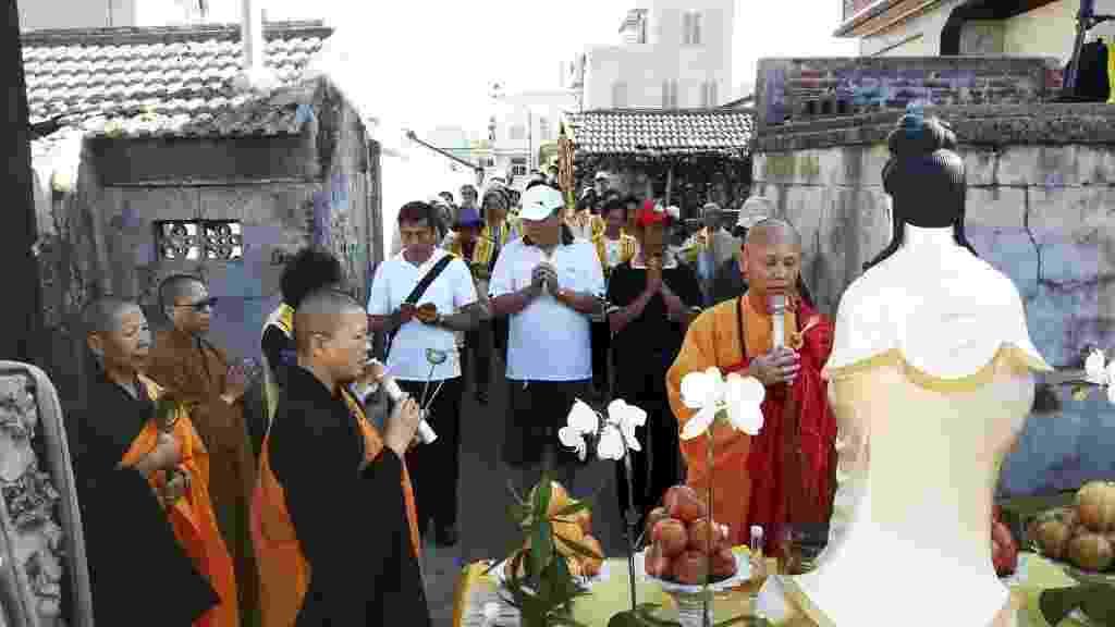 28.jul.2014 - Monges e monjas budistas fazem celebração do funeral das vítimas do acidente com o avião da TransAsia Airways, nas Ilhas Penghu, em Taiwan.  A companhia aérea confirmou nesta segunda-feira (28) que, como um sinal de respeito às vítimas, mudou o número do voo para GE2288  - EFE