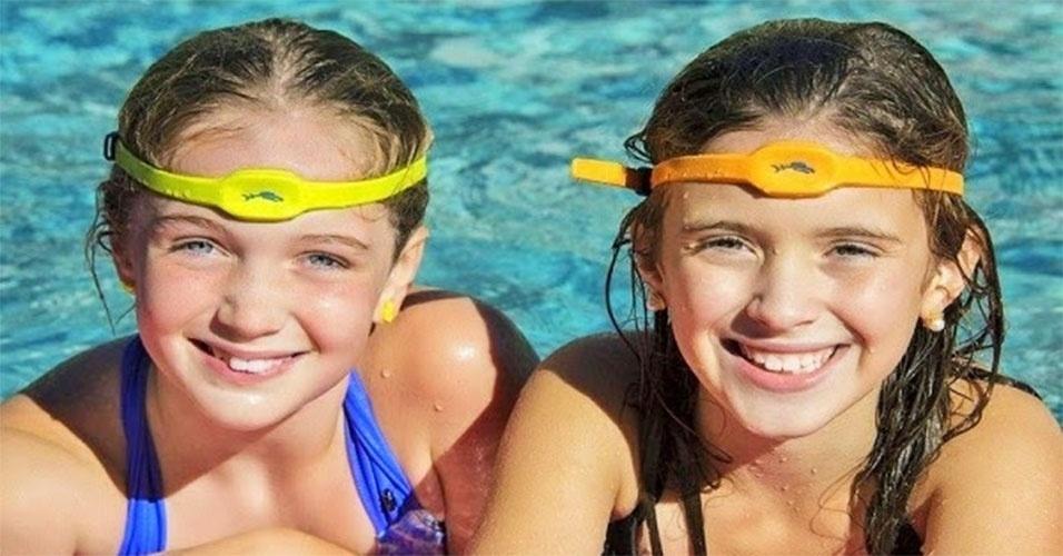 """28.jul.2014 - O acessório Swimband, feito pela companhia norte-americana Iswimband, alerta os pais para os perigos de afogamento dos filhos. O kit do dispositivo acompanha uma pulseira (recomendada para quem não sabe nadar) e uma espécie de """"fita"""" para usar na cabeça (para quem sabe nadar). Os responsáveis conseguem configurar um tempo máximo em que as crianças podem ficar submersas na água. Caso exceda o estabelecido, os pais recebem uma notificação via Bluetooth por meio de um aplicativo para smartphone. O gadget é vendido nos Estados Unidos por US$ 99"""