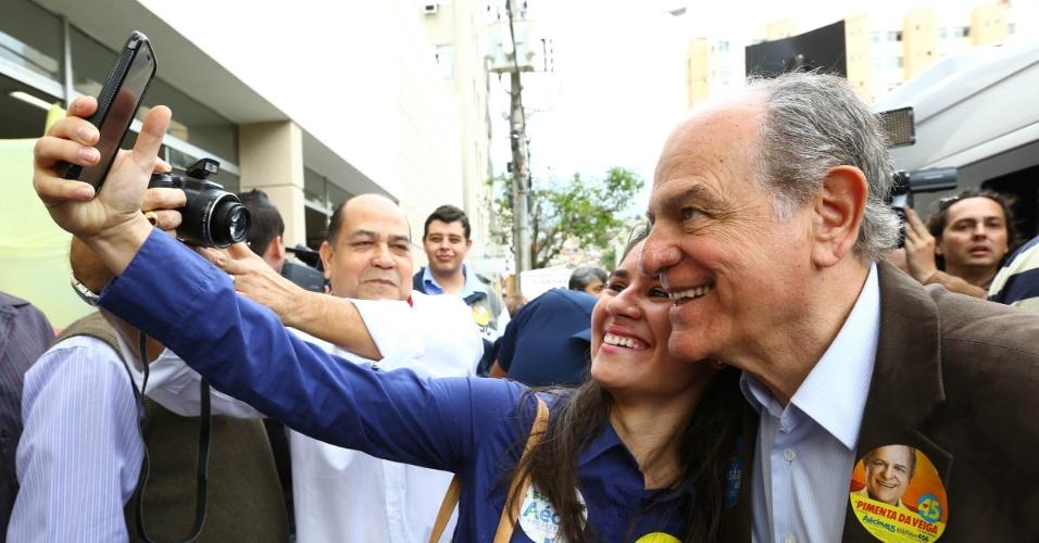28.jul.2014 - O candidato ao governo de Minas Gerais pelo PSDB, Pimenta da Veiga, participou de caminhada, nesta segunda-feira (28), pelas ruas de Ponte Nova, na zona da Mata