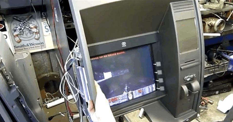 28.jul.2014 - Usuários identificados como Ed Jones e Juliana afirmaram ter transformado um caixa eletrônico em um videogame com o jogo 'Doom'. Na descrição de seu vídeo no YouTube, Jones afirma que mexe pouco no hardware dos aparelhos, modificando apenas os softwares