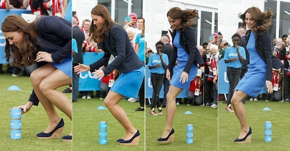 29.jul.2014 - A duquesa de Cambridge, Kate Middleton, participa de jogo sul-africano chamado
