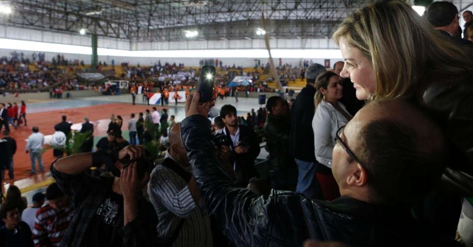 29.jul.2014 - A senadora Gleisi Hoffmann (PT-PR), candidata ao governo do Paraná, tira