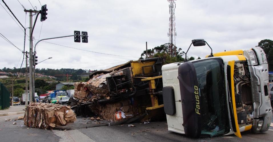 29.jul.2014 - Caminhão de reciclagem tombou no cruzamento da avenida Jacu Pêssego com a Adriano Bertozzii, em frente ao Carrefour, na zona Leste de São Paulo, na tarde desta terça-feira (29), atrapalhando bastante o trânsito na região. Não houve feridos