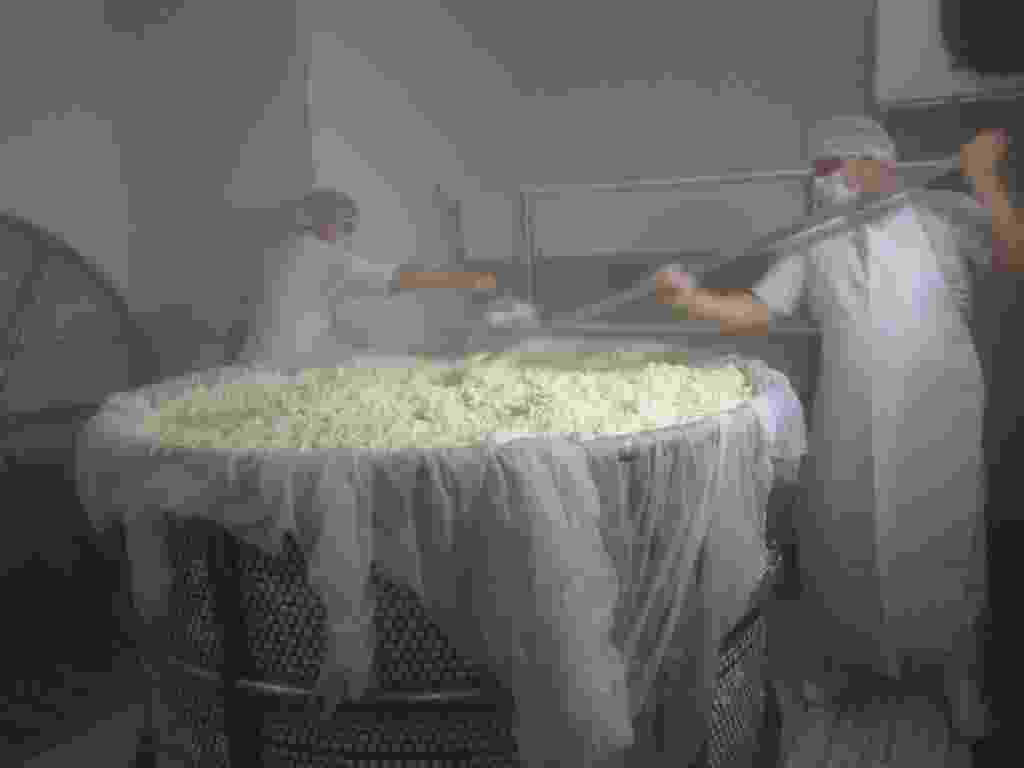 29.jul.2014 - Está quase pronto o maior queijo minas do mundo. A cidade de Ipanema, em Minas Gerais, quer bater o recorde mundial com um queijo gigante, de 1,7 toneladas, que consumiu 15.500 litros de leite durante o preparo. A iguaria deverá ser pesada e auditada no sábado (2),durante a 5º edição da Festa do Queijo. O minas desfilará pela cidade antes de ser finalmente provado pelos moradores. Um doce de leite gigante, com mais de 450 kg, acompanhará a farta degustação. Ipanema já detém o recorde de maior queijo minas padrão do Brasil, com um queijo de 1,6 toneladas produzido em 2013 - Prefeitura de Ipanema (MG)/Divulgação