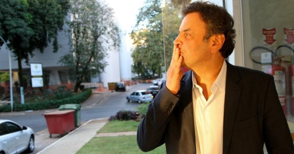 29.jul.2014 - O candidato à Presidência da República pelo PSDB, Aécio Neves, manda beijos aos jornalistas depois de uma entrevista no bloco onde mora, em Brasília, nesta terça-feira. Neves comentou a respeito do debate na CNI, o governo da atual presidente Dilma e do aeroporto de Minas Gerais