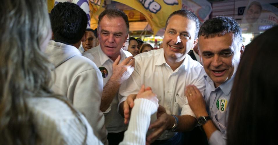 29.jul.2014 -  O candidato do PSB à Presidência da República, Eduardo Campos, participa de caminhada pelo comércio da cidade de Serra, região metropolitana de Vitória, no Espírito Santo, nesta terça-feira