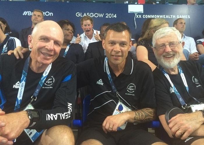 Dias depois de a rainha Elizabeth ''invadir'' uma foto durante os Jogos de Commonwealth, na Escócia, seu neto Harry fez o mesmo - mas de uma forma menos discreta que a avó. O príncipe britânico se intrometeu de forma bem-humorada de Trevor Shailer (cen), diretor-executivo da associação esportiva Sport Manawatu, da Nova Zelândia. Na imagem publicada no Facebook de Shailer (descrita por ele como ''a foto do dia''), o diretor aparece com o técnico neozelandês Gordon Tietjens (esq) e o especialista em psicologia esportiva Gary Hermansson (dir)
