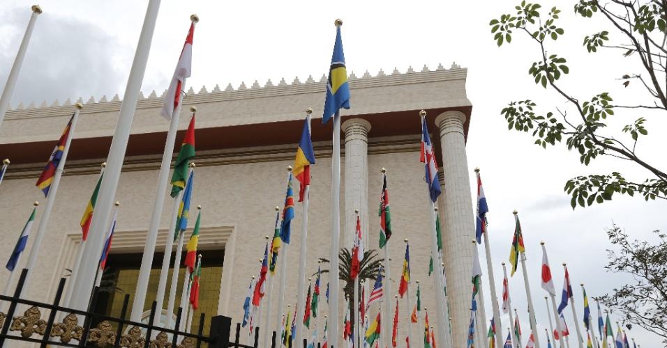 25.jul.2014 - Bandeiras dos países onde a Igreja Universal do Reino de Deus está presente são instaladas na área externa do Templo de Salomão, localizado na região central de São Paulo. A obra levou quatro anos para ser construída a um custo de cerca de US$ 305 milhões (R$ 680 milhões)