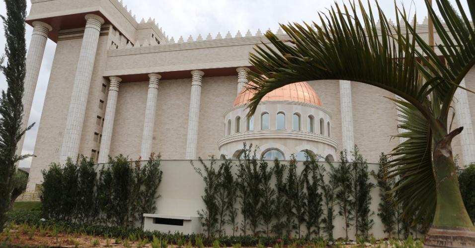 25.jul.2014 - Portão principal do Templo de Salomão, na região central de São Paulo, tem detalhe em ouro. A construção do complexo religioso custou R$ 680 milhões
