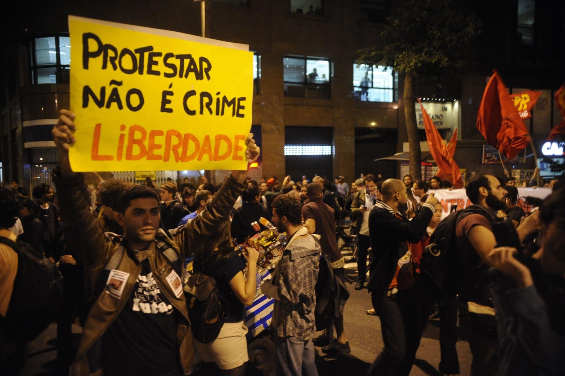 30.jul.2014 - Ativista segura cartaz durante protesto contra a repressão policial e a criminalização das manifestações, nesta quarta-feira, no Rio de Janeiro