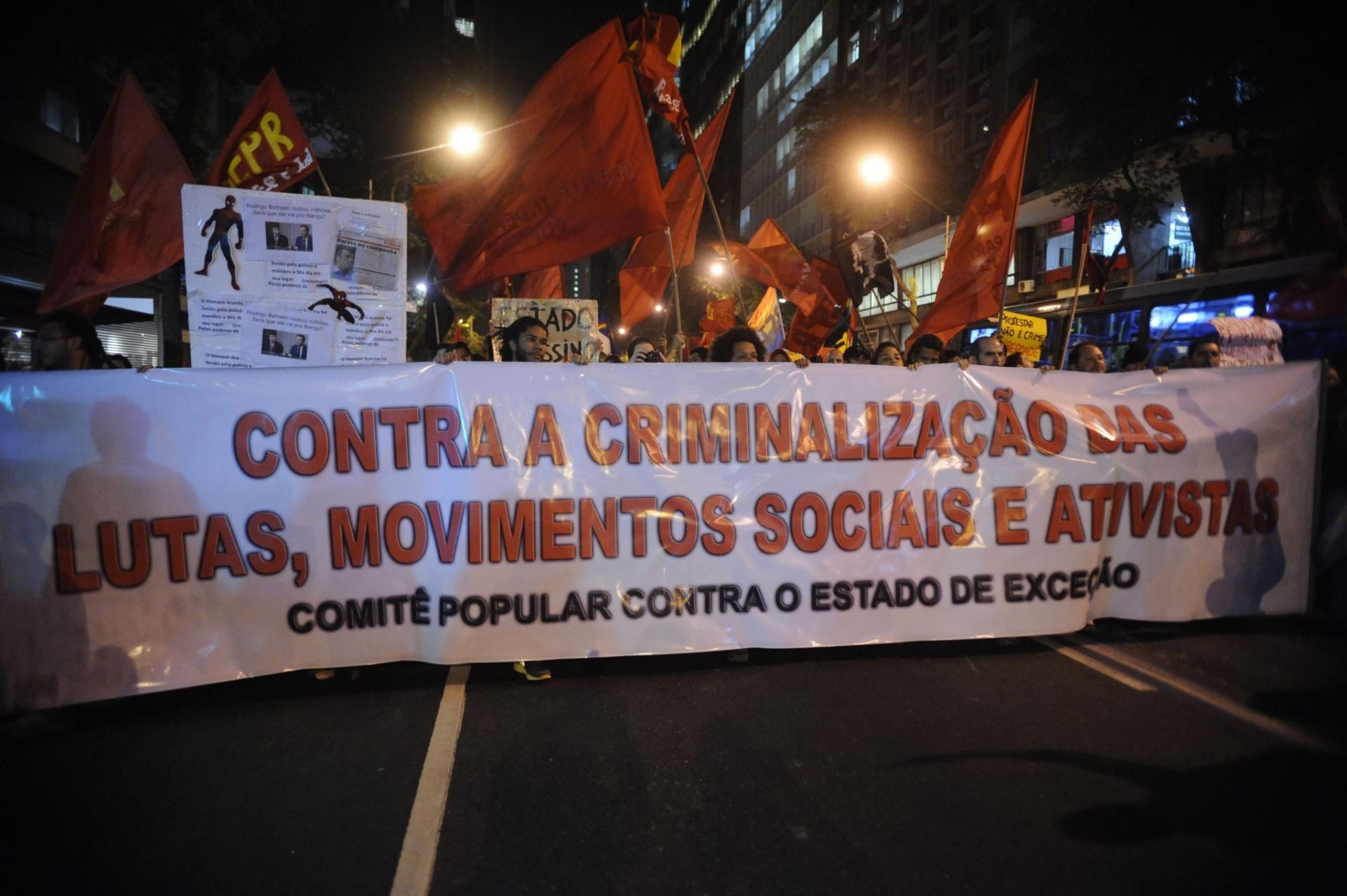 dfd5395ec8249 30.jul.2014 - Ativistas exibem faixa durante protesto contra a repressão  policial e