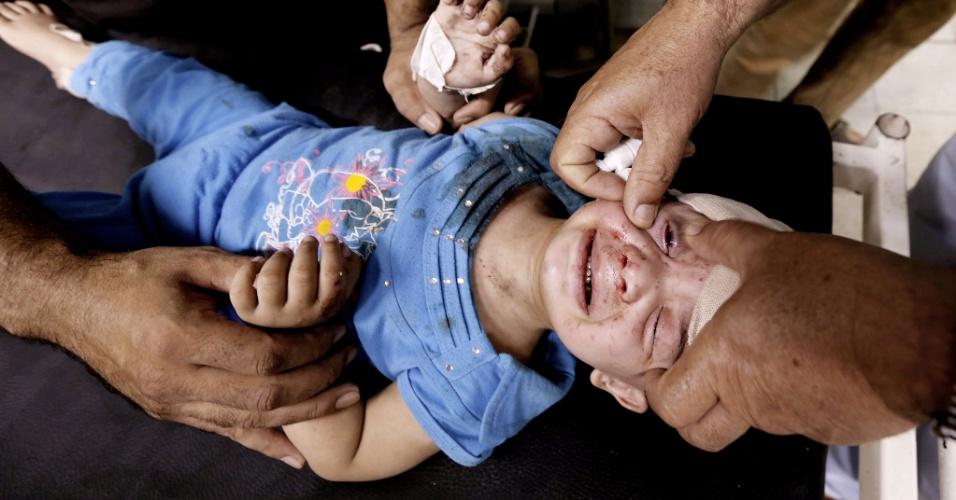 30.jul.2014 - Criança palestina ferida em ataque israelense a uma escola da ONU em Beit Lahia, no norte da faixa de Gaza, recebe tratamento no hospital Kamal Edwan, em Beit Lahia, na manhã desta quarta-feira (30). Um bombardeio de Israel sobre uma escola da agência da ONU para refugiados palestinos deixou entre 15 e 20 mortos, a maioria civis. Trata-se do segundo ataque a escolas da entidade, usadas como abrigo de refugiados. Israel nega o primeiro ataque
