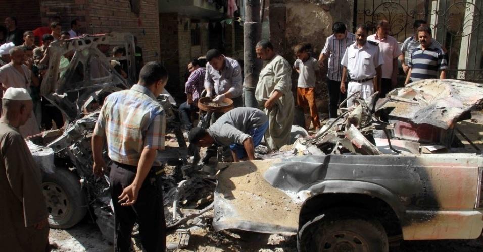 30.jul.2014 - Homens egípcios se reúnem no local de uma explosão na vila de Shurafa, ao sul do Cairo. Três pessoas morreram durante um ataque com um carro-bomba
