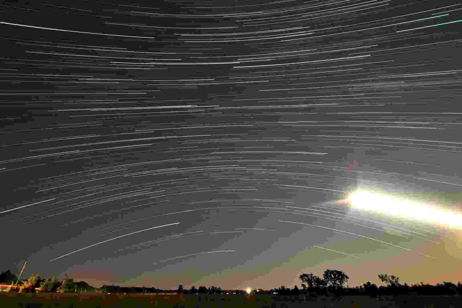 30.jul.2014 - Imagem de longa exposição feita por Matt Molloy durante o 'auge' da chuva de meteoros delta-aquáridas. Ele uniu todas as fotos em uma única imagem representando duas horas - Matt Molloy/Nasa/Flickr