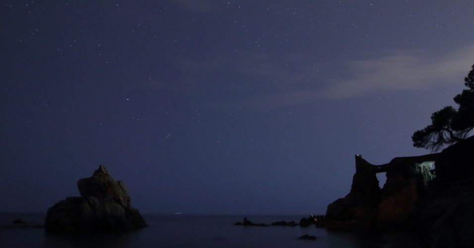 30.jul.2014 - Meteoros cruzam o céu durante chuva de meteoros delta-aquáridas do sul, na madrugada de terça-feira (29), em Lloret de Mar, na Espanha. O fenômeno é mais bem observado nos trópicos do hemisfério Norte e Sul, longe das luzes das cidades