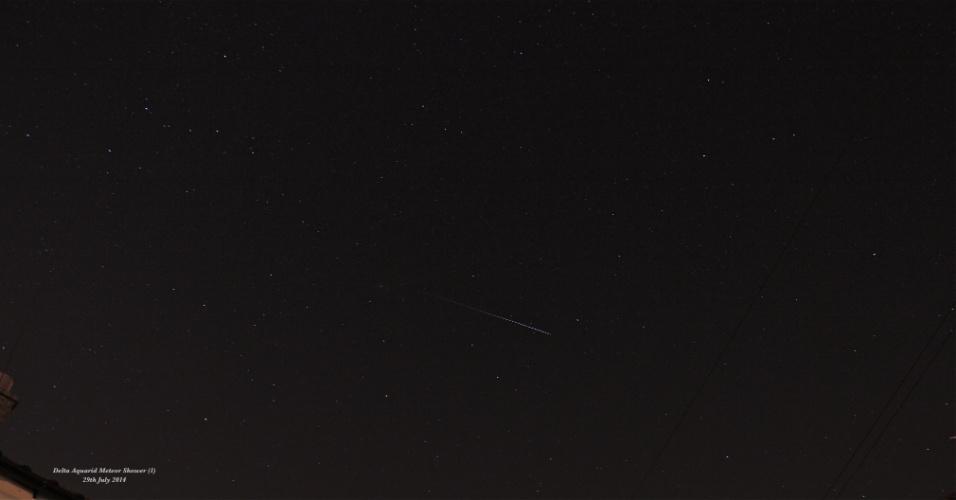 30.jul.2014 - Meteoros cruzam o céu durante chuva de meteoros delta-aquáridas do sul, na madrugada de terça-feira (29), no Reino Unido. O fenômeno é melhor observado nos trópicos do hemisfério Norte e Sul, longe das luzes das cidades