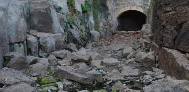 A limpeza do rio Tietê, promovida pela prefeitura de Salto, permitiu enxergar o leito em pontos turísticos da cidade
