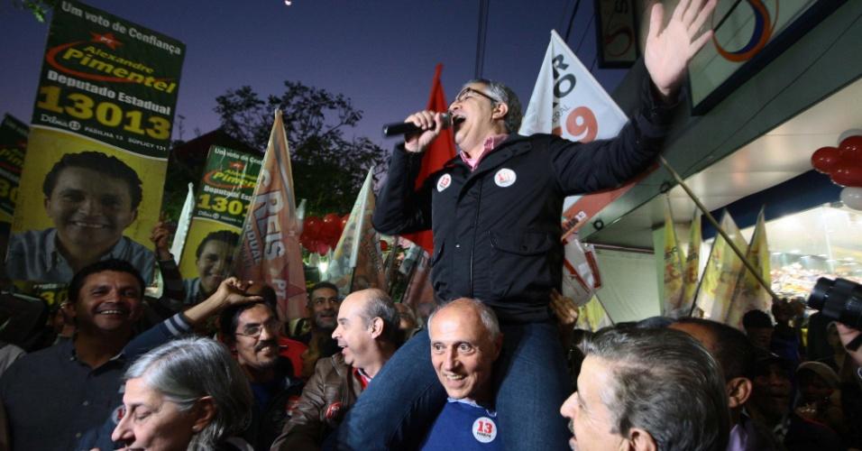 30.jul.2014 - O senador Eduardo Suplicy carrega nos ombros o candidato do PT a governador de São Paulo Alexandre Padilha, durante a caminhada de campanha na Avenida Rui Barbosa, no centro de Carapicuíba, na Grande São Paulo, no final da tarde desta quarta-feira (30)