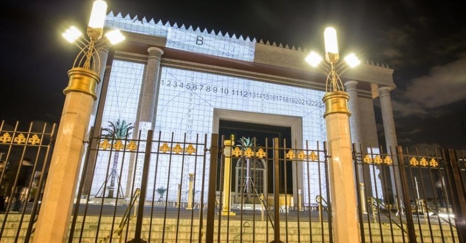 30.jul.2014 - O Templo de Salomão, da Igreja Universal do Reino de Deus, localizado no bairro do Brás, zona central de São Paulo, é iluminado na madrugada desta quarta-feira (30). O templo tem inauguração programada para 31 de julho