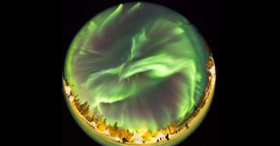 O fotógrafo coreano O Chul Know capturou um belo espetáculo de luzes no povoado de Aurora, em Yellowknife, no Canadá