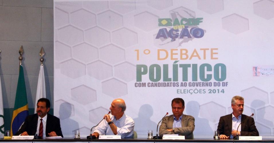 30.jul.2014 - Candidatos ao governo do Distrito Federal participam de debate político nesta quarta-feira (30). Da esquerda para a direita: Agnelo Queiroz (PT), candidato à reeleição; José Roberto Arruda (PR); Toninho (PSOL); Rodrigo Rollemberg (PSB) e Luiz Pitiman (PSDB)