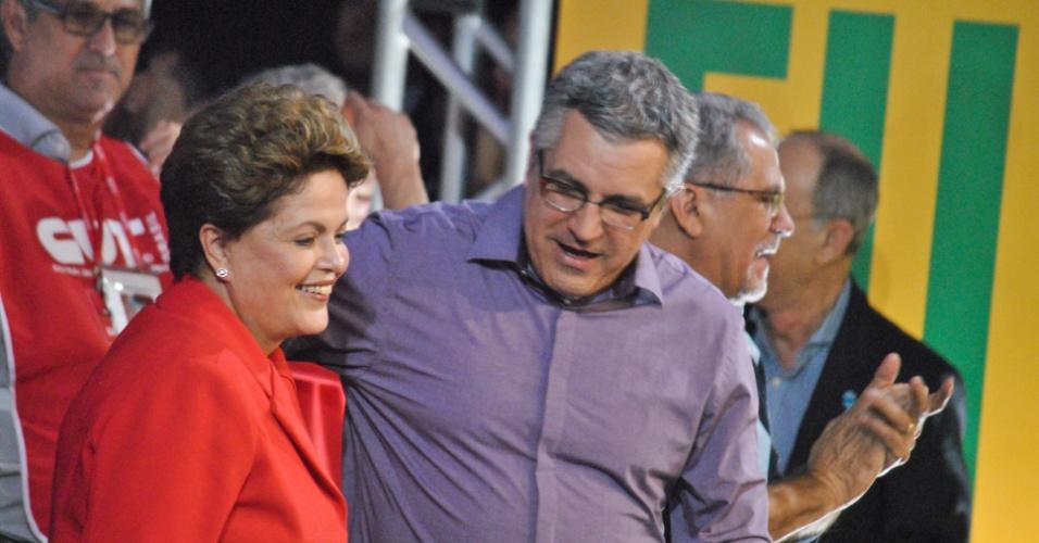 31.jul.2014 - A presidente Dilma Rousseff (PT), candidata à reeleição, ao lado do candidato do PT ao governo de São Paulo, Alexandre Padilha, participa da 14ª plenária da CUT (Central Única dos Trabalhadores), em Guarulhos (SP), nesta quinta-feira