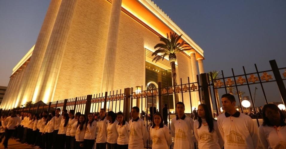31.jul.2014 - Fiéis formam fila em frente ao Templo de Salomão, em São Paulo. A construção teve um custo de R$ 600 milhões e foi inaugurada nesta quinta-feira