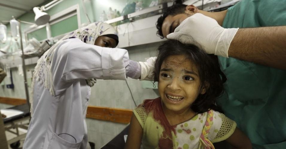 31.jul.2014 - Menina palestina recebe tratamento no hospital Kamal Edwan em Beit Lahia, no norte da faixa de Gaza. No início da manhã, um ataque israelense atingiu uma mesquita perto da escola da ONU em Jabaliya , que foi atacada nesta quarta-feira (30)