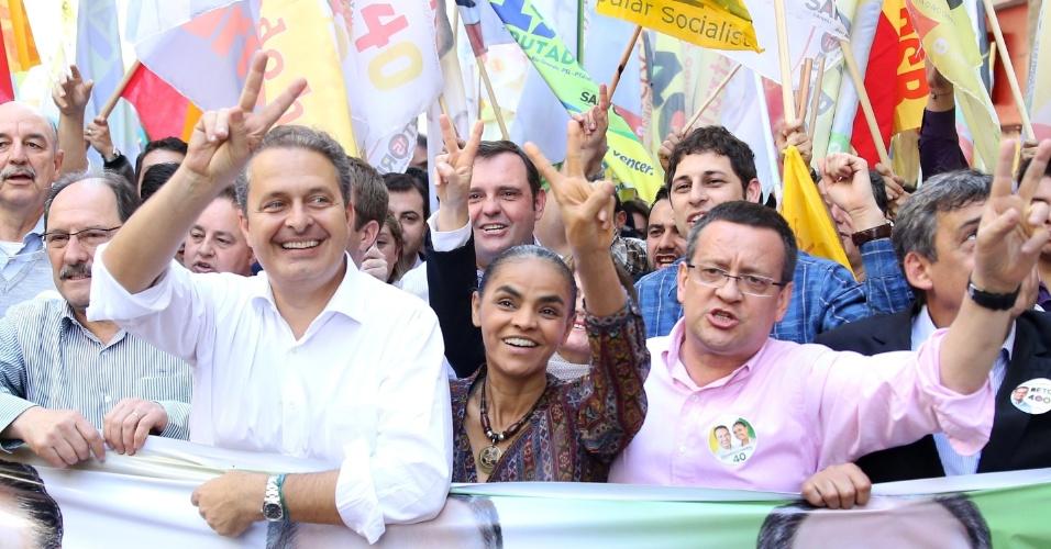 31.jul.2014 - O candidato à Presidência da República pelo PSB Eduardo Campos e a vice Marina Silva fazem caminhada em calçadão do centro de Porto Alegre, no Rio Grande do Sul, nesta quinta-feira (31)