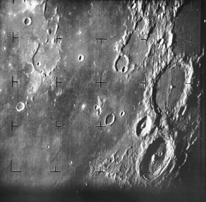 31.jul.2014 - PRIMEIRA IMAGEM DA LUA - O Rangers 7 foi a primeira nave espacial americana a fotografar a Lua, no dia 31 de julho de 1964, cerca de 17 minutos antes de tocar a superfície lunar. A nave foi projetada para tirar fotos de alta qualidade da lua e transmiti-las de volta a Terra em tempo real. As informações foram utilizadas para estudos científicos, bem como a seleção de locais de desembarque para as missões lunares