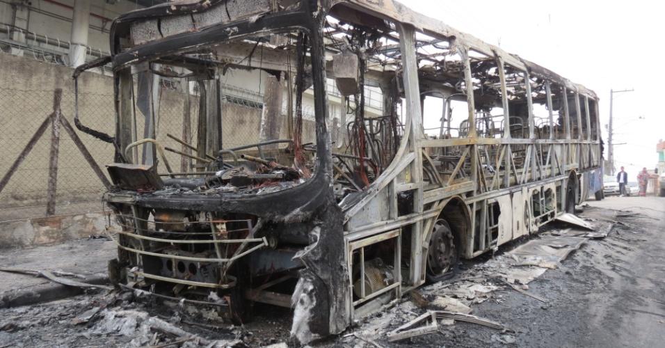 31.jul.2014 - Um ônibus foi queimado na cidade de Tablado da Serra, em São Paulo, e logo após explodiram um caixa eletrônico em um hipermercado, deixando o estabelecimento totalmente destruído, nesta quinta-feira (31). Ninguém foi preso