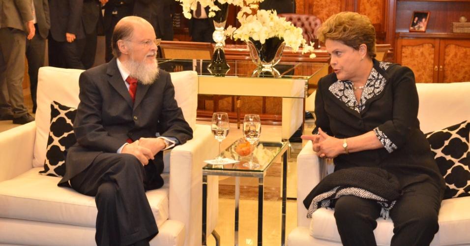 1º.ago.2014 - A presidente Dilma Rousseff conversou com o bispo e líder da Igreja Universal do Reino de Deus, Edir Macedo, após a cerimônia de inauguração do Templo de Salomão, que aconteceu no bairro do Brás, no centro de São Paulo, nesta quinta-feira (31)