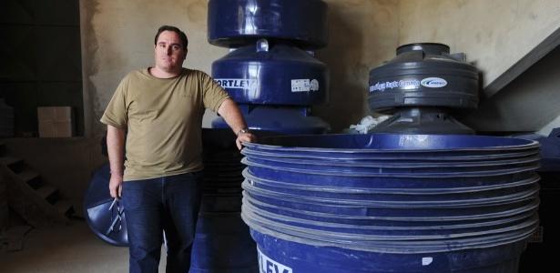 """Danilo Scaravelli, 32, dono de uma loja de material de construção em Itu (SP), tem vendido uma média de 20 caixas d""""água por dia nos últimos dois meses. Antes disso, não passava de duas - Júnior Lago/UOL"""