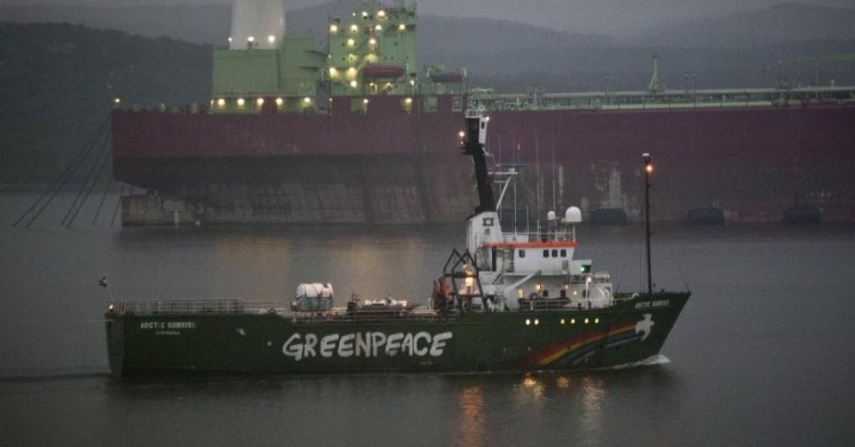 1º.ago.2014 - O barco do Greenpeace Arctic Sunrise, apreendido em setembro pelas autoridades russas após uma ação de militantes ecologistas em uma plataforma da Gazprom, abandonou nesta sexta-feira (1º) o porto russo de Murmansk com destino a Amsterdã. A embarcação será submetida a uma inspeção e a um reparo completo.