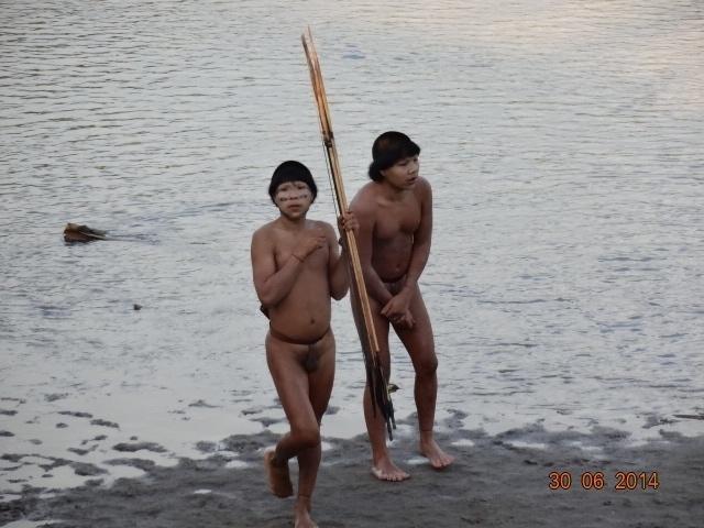 """1º.ago.2014 - Os índios que viviam isolados na Floresta Amazônica que entraram em contato com outros índios e agentes da Funai (Fundação Nacional do Índio) em julho, no Acre, pegaram gripe e precisaram receber atendimento médico dado pelo governo. """"Essa situação é preocupante, pois como eles têm pouquíssima imunidade, o quadro poderia ter evoluído para uma pneumonia, colocando-os em risco de morte"""", explica Douglas Rodrigues, médico da Unifesp que prestou atendimento aos indígenas"""