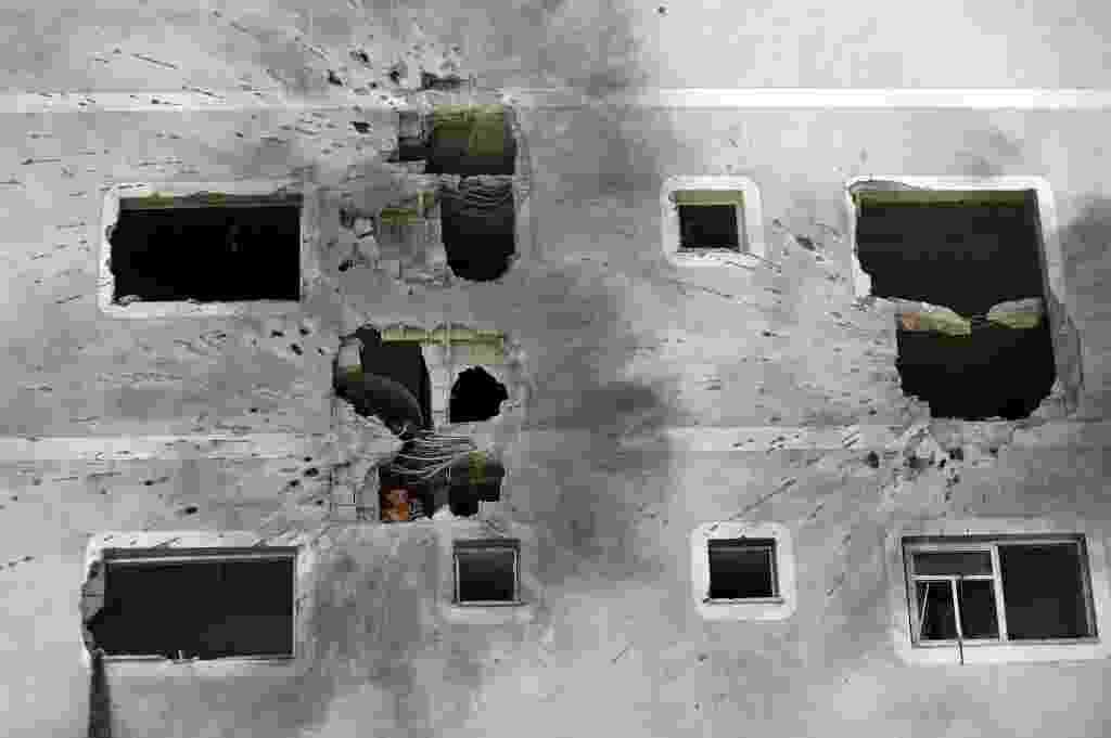 1º.ago.2014 - Palestino busca por pertences em casa destruída por mísseis israelenses em Jabalia, na faixa de Gaza, nesta sexta-feira (1º). O Exército de Israel e o grupo radical Hamas voltaram a trocar ataques, quebrando o cessar-fogo de 72 horas anunciado na quinta (31). Segundo os palestinos, após o cessar-fogo, pelo menos 27 foram mortos em um ataque israelense próximo a cidade de Rafah - Mohammed Abed/AFP