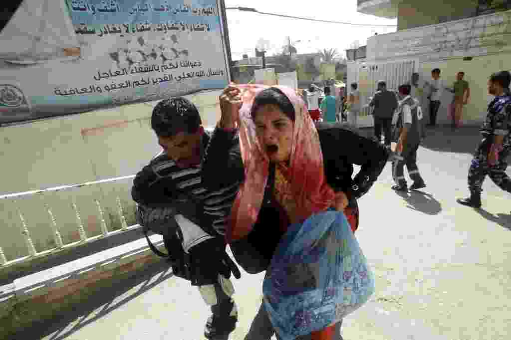 1º.ago.2014 - Uma palestina ferida chega ao hospital de al-Najar, no sul da faixa de Gaza. Um bombardeio matou oito pessoas em Gaza nesta sexta-feira, poucas horas depois do início de uma trégua de três dias - Said Khatib/AFP