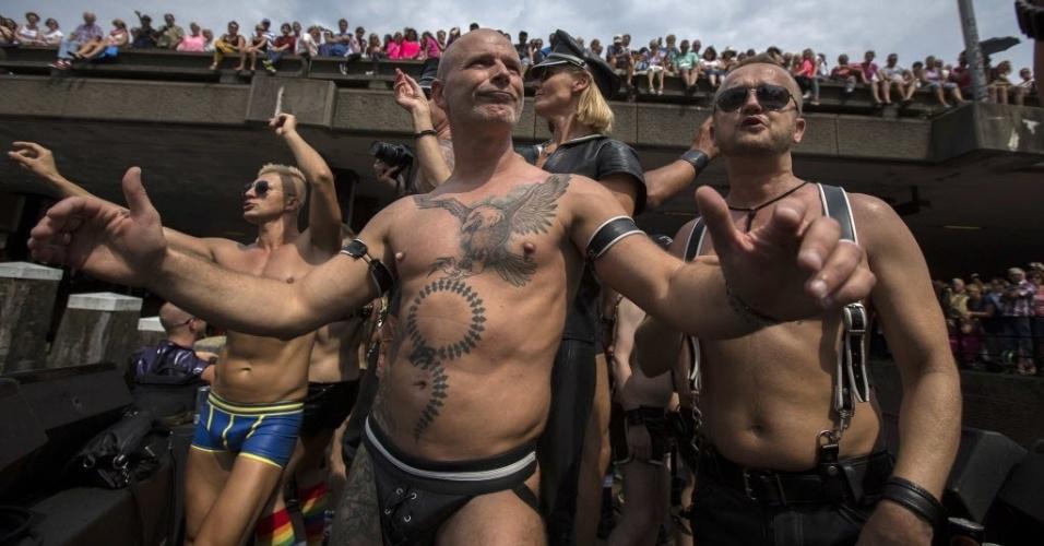2.ago.2014 - Holandeses dançam em barco na parada gay realizada neste sábado (2) nos canais de Amsterdã. Neste ano, a parada homenageou as vítimas do ataque ao avião da Malaysia Airlines, abatido por um míssil no dia 17 de julho no leste da Ucrânia. A aeronave seguia da capital da Holanda para Kuala Lumpur, capital da Malásia. Seis pesquisadores estavam a bordo para participar de uma conferência internacional sobre a Aids. Ao todo, 193 holandeses morreram na catástrofe