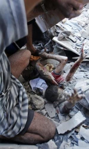 3.ago.2014 - Palestinos tentam resgatar crianças que ficaram soterradas nos escombros de uma escola administrada pela ONU atingida por um míssil israelense neste domingo (3) em Rafah, no sul da faixa de Gaza. Ao menos dez pessoas morreram no ataque e outras 30 ficaram feridas