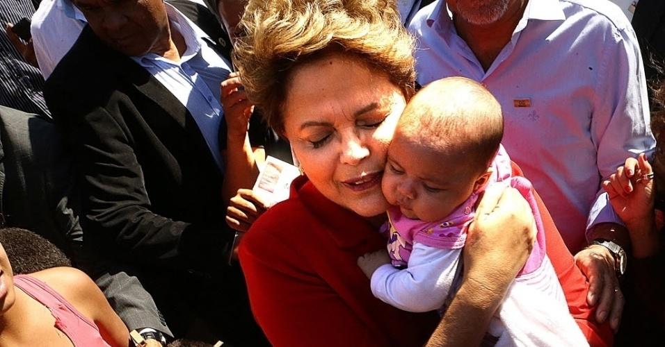 4.ago.2014 - A presidente Dilma Rousseff (PT), candidata à reeleição, abraça bebê durante visita à Unidade Básica de Saúde (UBS) do bairro Jardim Jacy, em Guarulhos