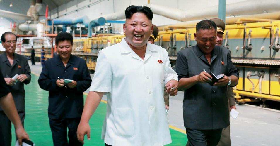4.ago.2014 - Em imagem divulgada nesta segunda-feira (4), o líder norte-coreano Kim Jong-un realiza visita guiada à fábrica de telhas e azulejos em Pyongyang