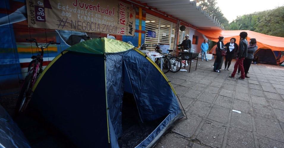 4.ago.2014 - Estudantes acampam em frente ao Cepeusp (Centro de Práticas Esportivas da USP), na Cidade Universitária, zona oeste de São Paulo, na manhã desta segunda-feira (4). No domingo, a Polícia Militar cumpriu ordem de reintegração de posse e liberou o local, que estava bloqueado por um piquete feito por funcionários e estudantes em greve. Os grevistas também fecham a entrada da prefeitura da universidade na manhã de hoje