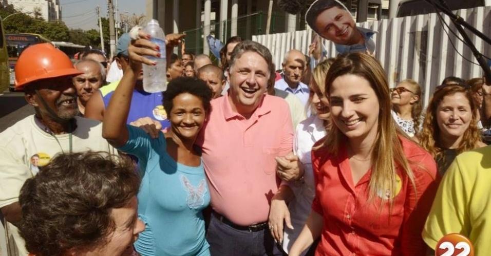 4.ago.2014 - O candidato ao governo do Rio de Janeiro Anthony Garotinho (PR) almoçou no Restaurante Popular da Central do Brasil e depois caminhou no camelódromo acompanhado de populares