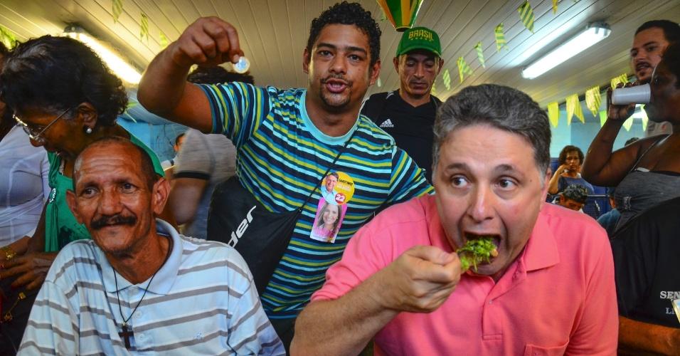 4.ago.2014 - O candidato ao governo do Rio pelo PR, Anthony Garotinho, almoça no restaurante popular na Central do Brasil, no centro da capital fluminense. A refeição custa R$ 1 no local