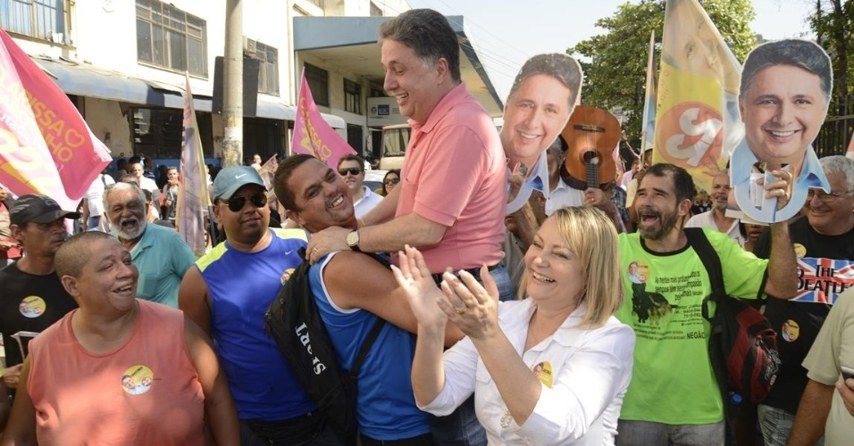 4.ago.2014 - O candidato da coligação Força do Povo (PR-Pros-PT do B), Anthony Garotinho (PR) fez visita ao restaurante Popular Betinho, na Central do Brasil, no Rio de Janeiro, nesta segunda-feira (4), durante atividades de campanha